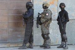 Polisspecialförband i handling arkivfoto