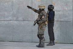 Polisspecialförband i handling royaltyfri bild