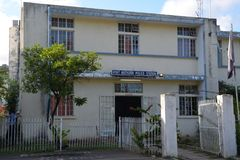 Polisstation i port Mathurin, Rodrigues Island arkivbild
