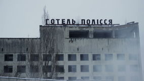Polissyahotel op rook, Pripyat Tchernobyl de Oekraïne stock video