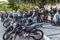 Polistruppen övervakar den populära protesten Arkivbild