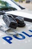 Polisutrustning på en polisbil arkivfoto
