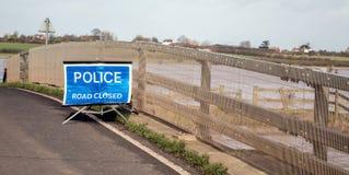 Polisvägen stängde tecknet översvämmade vägen Arkivfoton
