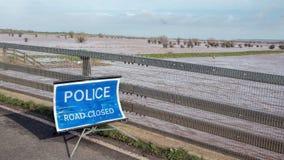 Polisvägen stängde tecknet översvämmat område Royaltyfri Bild