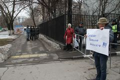 Politician Mikhail Velmakin on picket near prison where the arrested politician Nikolay Lyaskin contains Royalty Free Stock Image