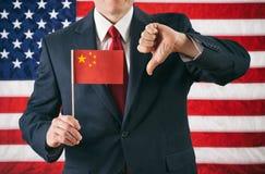 Politicien : Donnant à la Chine les pouces vers le bas image stock