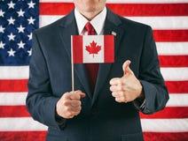 Politicien : Renonçant le drapeau canadien à des pouces photographie stock libre de droits