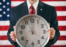 Politicus: De Klok van de mensenholding dicht bij Middernacht Royalty-vrije Stock Afbeelding