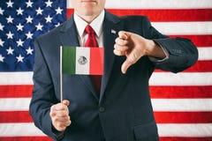 Politicus: De mens geeft neer Mexicaanse Vlag de Duimen Royalty-vrije Stock Afbeeldingen