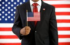 Politicus: Het houden van een Vlag van Verenigde Staten stock afbeeldingen