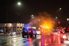Politie bij de scène van het autoongeval bij nacht tijdens regen royalty-vrije stock afbeeldingen