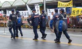 Politie bij een Protest tegen een Controversiële Nieuwe Weg Stock Afbeelding