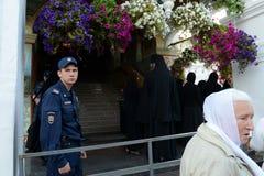 Politie bij het controleren in het klooster van Vvedensky Tolga in de loop van de dag van het pictogram van Tolga Royalty-vrije Stock Fotografie
