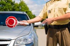 Politie - de politieagent of cop houdt auto tegen Royalty-vrije Stock Afbeeldingen