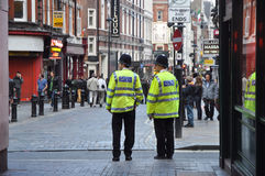 Politie dichtbij Circus Piccadilly in Londen royalty-vrije stock fotografie