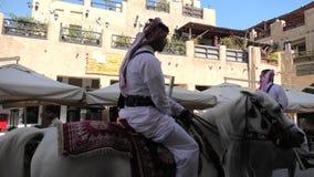Politie die Arabisch paard berijden stock footage