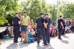 Politie die het uiteinde van de wachtende lijn van Vluchtelingen in Tovar bewaken Royalty-vrije Stock Afbeeldingen