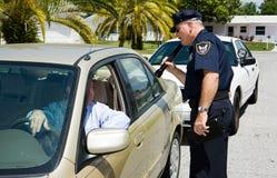 Politie die - met Flashl zoekt Stock Foto
