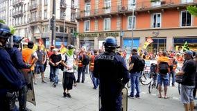Politie en de SNCF-de arbeiders van het werknemersprotest op Franse straat stock footage