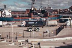 Politie het inspecteren aanhangwagens bij de haven die uit de veerboot op een zonnige ochtend komen stock fotografie