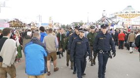 Politie op de straat van Oktoberfest-festival Beieren, Langzame Motie stock video