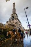 Politie op paard dichtbij de Toren van Eiffel stock afbeelding