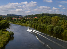 Politie patrouillerende boot in de rivier, voor noodsituatiereactie Stock Foto's