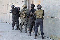 Politie speciale krachten in actie Stock Afbeeldingen