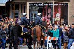 Politie twee op paarden, die menigten in controle houden tijdens Chowderfest, Saratoga springt, New York, 2016 op Royalty-vrije Stock Foto's
