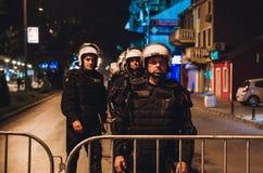 Politie vóór sportengelijke het beschermen royalty-vrije stock afbeelding