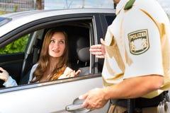 Politie - vrouw in verkeersschending die kaartje krijgt Stock Foto's