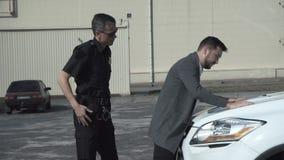 Politieagent arresterende delinquent stock videobeelden