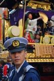 Politieagent bij festival stock afbeelding