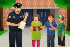 Politieagent die aan Jonge geitjes spreken Stock Afbeeldingen