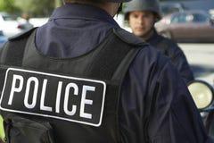 Politieagent die Beschermend Vest in openlucht dragen royalty-vrije stock afbeeldingen