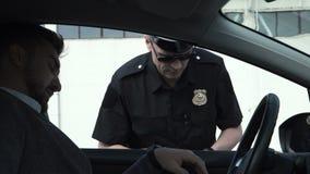 Politieagent die een bestuurder tegenhouden stock video