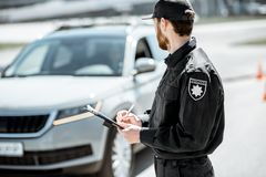 Politieagent die een boete op de kant van de weg uitgeven royalty-vrije stock foto's