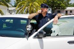 Politieagent die Hoofdkwartier via de radio uitzendt Royalty-vrije Stock Foto's