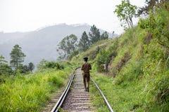 Politieagent die op treinsporen lopen in Ella, Sri Lanka stock afbeeldingen