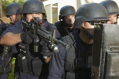 Politieagent die terwijl Status met Medewerkers streven royalty-vrije stock fotografie