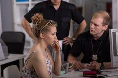 Politieagent die vrouw vragen Royalty-vrije Stock Foto