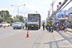 Politieagent en mensen op de weg Royalty-vrije Stock Foto