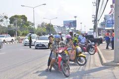 Politieagent en mensen op de weg Royalty-vrije Stock Foto's