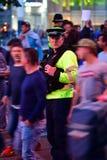Politieagent onder ventilators tijdens Def. van de Kampioenenliga Royalty-vrije Stock Afbeelding