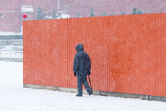 Politieagent op patrouille langs de omheining rond het mausoleum van Lenin Royalty-vrije Stock Foto's