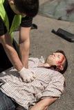 Politieagent reanimerend slachtoffer Royalty-vrije Stock Afbeeldingen