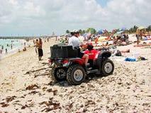 Politieagent in vierling-biking, de stranden van de patrouille van Miami Royalty-vrije Stock Foto's