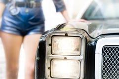 Politieagente dat op de oude politiewagen leunt Stock Afbeeldingen