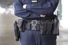 Politieagente met haar eenvormige apparatuur riem. Royalty-vrije Stock Afbeeldingen