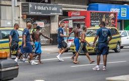 Politieagenten die arrestatie van misdadigers maken en hen leiden tot politie Royalty-vrije Stock Afbeeldingen